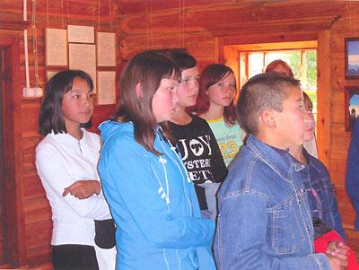 Алтайские дети слушают экскурсию