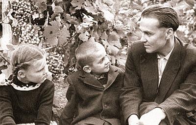 В.А. Сухомлинский с учениками в школьном винограднике. 1960е гг.