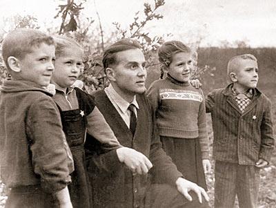 В.А. Сухомлинский с детьми на природе